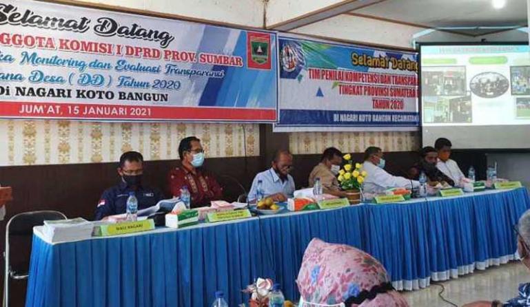 Rombongan Komisi I DPRD dan Dinas PMD Sumbar saat berkunjung ke Nagari Koto Bangun, Kabupaten Limapuluh Kota, Jumat (15/1). (Dok : Istimewa)