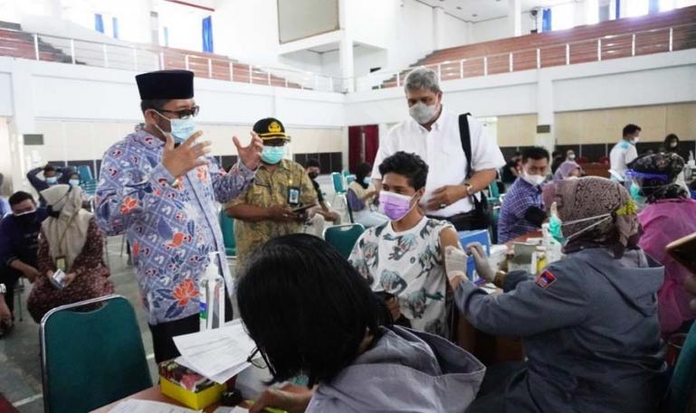 Wakil Rektor III Unand, Insannul Kamil damping Wali Kota Padang, Hendri menyaksikan vaksinasi massal di auditorium Unand, Kamis siang (15/7). (Dok : Istimewa)
