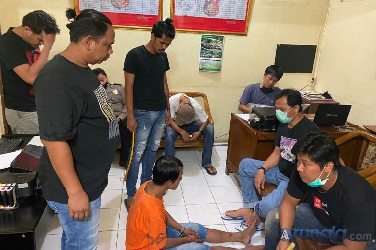 Riki Surya, pelaku Curat saat diperiksa anggota OpsnalSatreskrim Polresta Padang, setelah diri ditangkap,Senin malam (15/6). (Foto : Can)