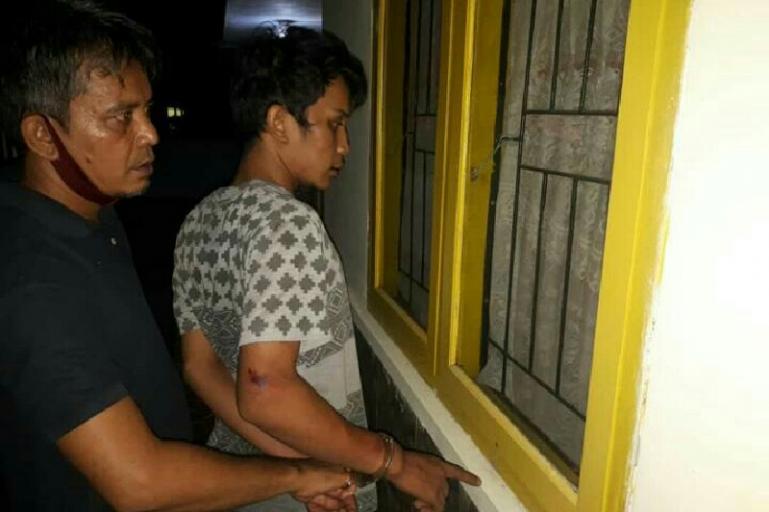 Pelaku pencurian Riko Papilaya menunjukan TKP dari aksi kejahatan yang dilakukannya kepada Polisi seusai di tangkap, Rabu (16/6). (Dok : Istimewa?