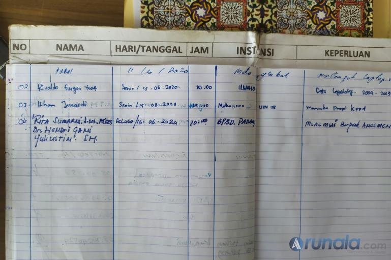 Buku tamu Kantor KPU Sumbar yang berisi nama Rita Sumarni dan dua temannya saat mendatangi KPU Sumbar, Selasa (16/6). (Foto : Amz)