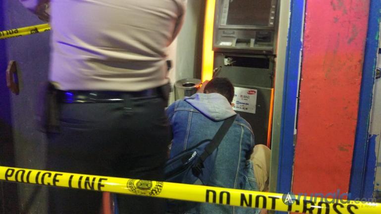 Aparat kepolisian dari Polresta Padang saat melakukan olah TKP di ATM milik Bank BRI yang dibobol pencuri di di Jalan Balai Baru, Sungai Sapih, Kuranji Padang, Senin (12/10). (Foto : Can)