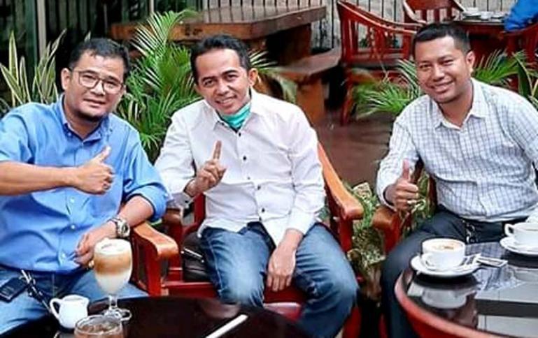 Rudi Hariyansyah (tengah) terus bangun silaturahmi dengan perantau Pessel di Jakarta. (Dok : Istimewa)