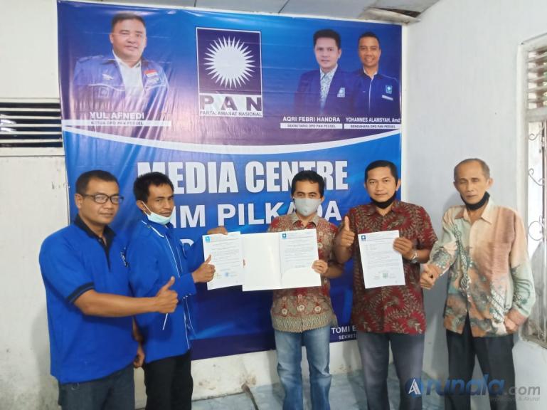 Rudi Hariyansyah bersama pengurus Partai PAN Pessel menunjukan rekomendasi DPP PAN yang dia peroleh, Kamis (3/9). (Foto : Rio)