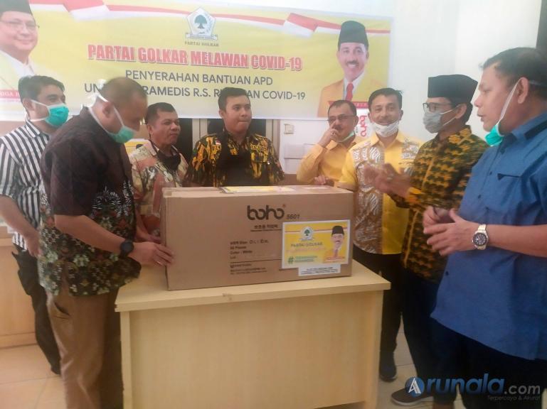 DPD Golkar Sumbar secara simbolis serahkan puluhan APD kepada RS Unand dan RSUD Rasyidin Padang, Selasa sore (7/4).(Foto : Amz)