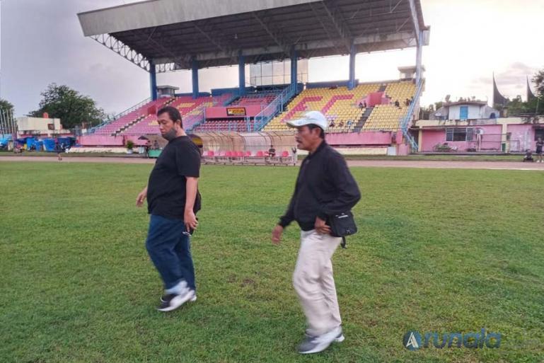 Direktur CV Polos Production, Renol Fadhli mendampingi kontraktor dari CV Cipta Flora Asri, Supomo Hariadi melihat kondisi Stadion GHAS Padang, Rabu (16/11). (Foto : Can)
