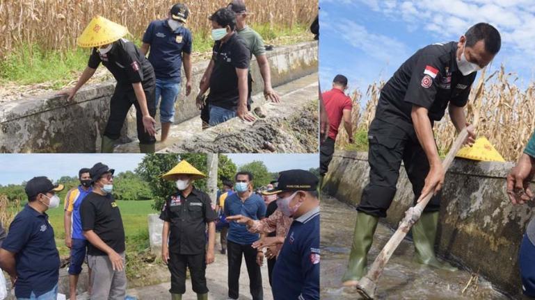 Wali Kota Pariaman, Genius Umar, ikut goro bersama dengan lintas sektor di areal pertanian Sawah Haru, Desa Cubadak Mentawai, Rabu (15/9). (Dok : Istimewa)