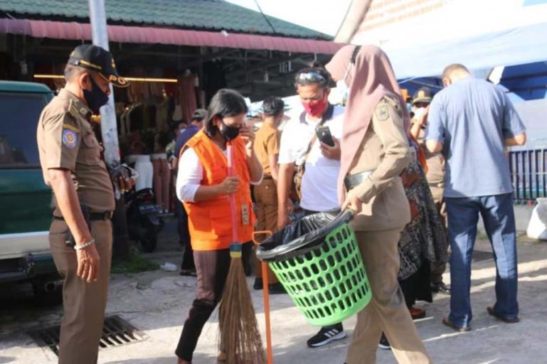Masyarakat yang terjaring dalam razia Perda AKB di Kota Pariaman melakukan kerja sosial, Senin (12/10). (Dok : Istimewa)