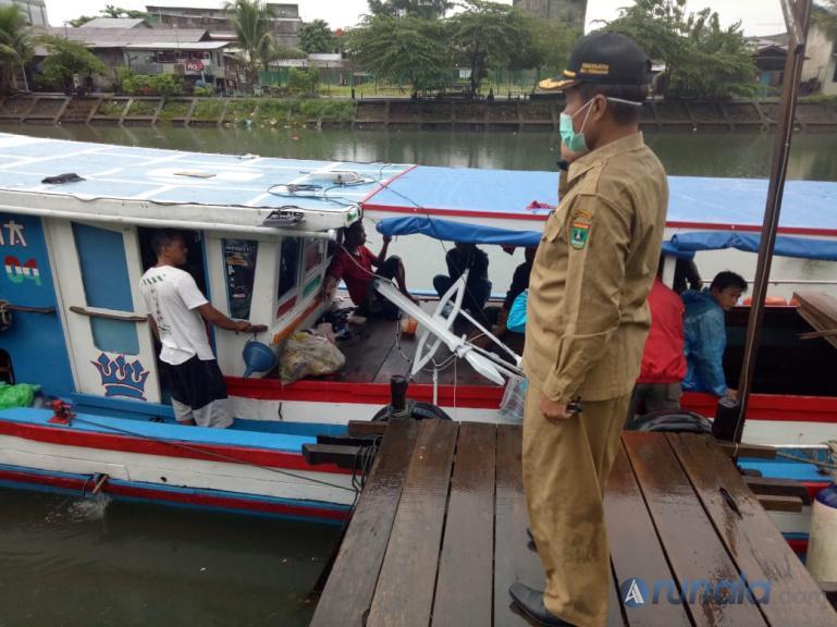 Kadis DKP Sumbar Yosmeri bersama tim Satgas Matra Laut menghentikan kapal nelayan yang dicurigai akan bawa penumpang ke Mentawai, Minggu pagi (17/5). (Foto : Amz)