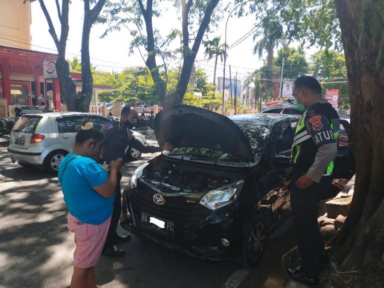 Teks : Anggota Satlantas Polresta Padang, Aipda Dedi dan Bripka Dede saat menggeledah mobil pelaku yang kedapatan membawa ganja kering, Rabu siang (10/2). (Dok : Istimewa)