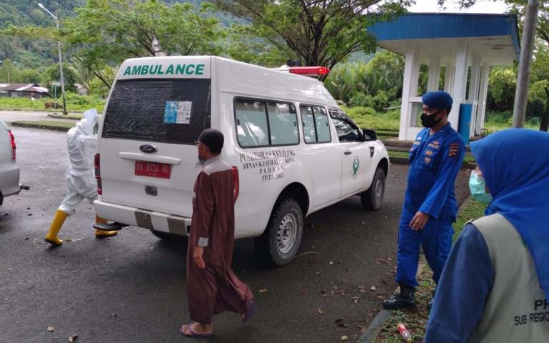 Saat petugas dari Satgas Covid Matra Laut Sumbar membawa satu calon penumpang KMP Ambu-Ambu ke tempat Karantina, karena diketahui reaktif hasil rapid testnya, Kamis pagi (9/7). (Dok : Istimewa)