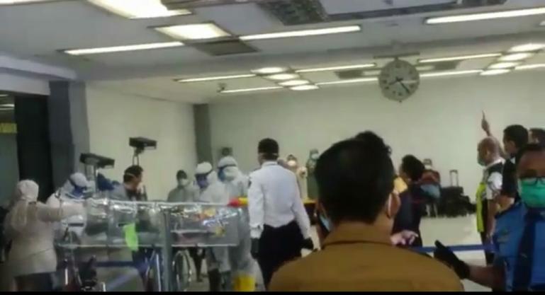 Petugas BIM dan KKP Bandara mengevakuasi seorang penumpang suspect Covid-19 di BIM, Senin pagi (16/3). (Foto : Istimewa)