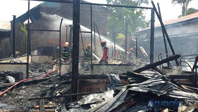 Petugas Damkar Kota Padang terlihat masih melakukan penyemprotan terhadap puing-puing rumah semi permanen yang terbakar, Rabu siang (23/12). (Foto : Can)