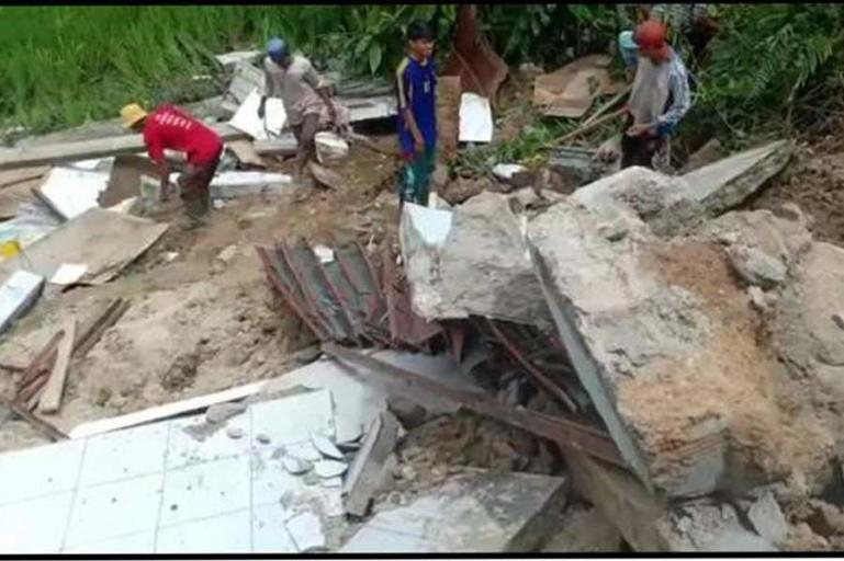 Sejumlah warga berusaha mencari barang-barang yang bisa diselamatkan dari rumah warga yang hancur akibat hantaman material longsong yang terjadi di Jorong Pangkua Kaciek, Minggu (16/5). (Dok : Istimewa)