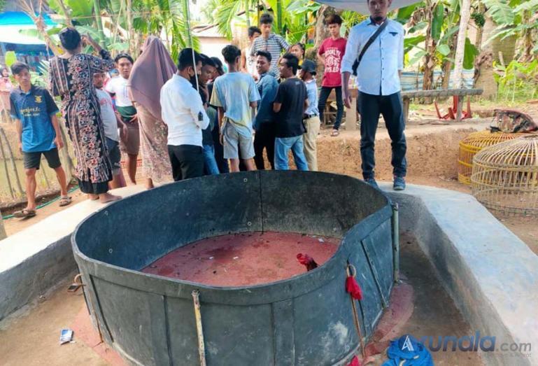 Warga menyaksikan lokasi judi sabung ayam setelah digerebek tim Opsnal Opsnal Satreskrim Polres Pessel, di Kampung Dalam, Tarusan, Rabu sore (2/6). (Foto : Rio)