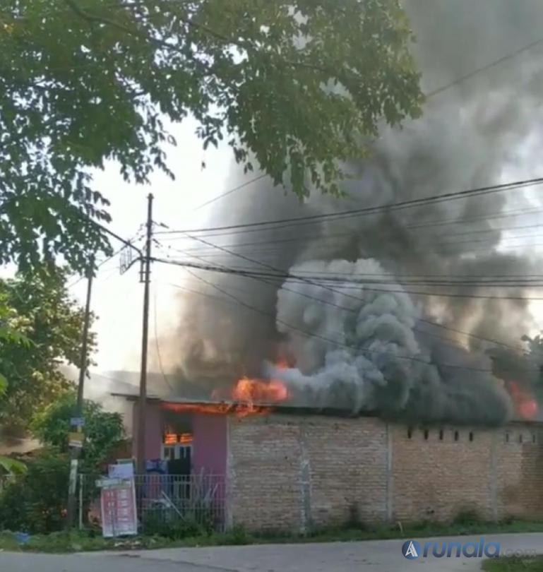 Api sedang membakar rumah warga yang beralamat di Kelurahan Dadok, Tunggul Hitam, Kecamatan Koto Tangah, Rabu (15/7). (Dok : Istimewa)
