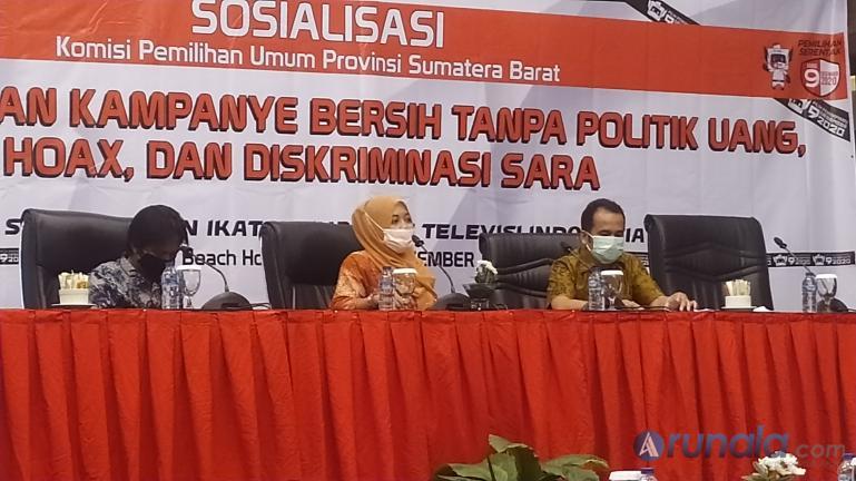 KPU Sumbar dan IJTI Sumbar saat gelar sosialisasi pelaksanaan kampanye bersih, di Hotel Pangeran Beach Padang, Minggu (15/11). (Foto : Arzil)