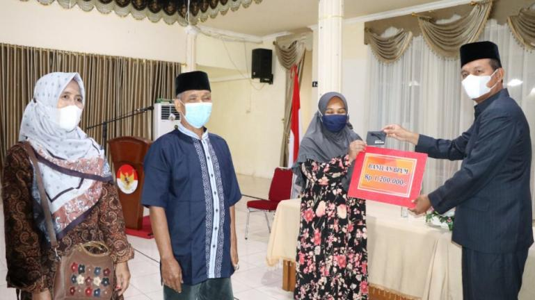 Wali Kota Pariaman Genius Umar, serahkan bantuan BPUM pada pelaku usaha kecil mikro menengah, Kamis (12/8). (Dok : Istimewa)