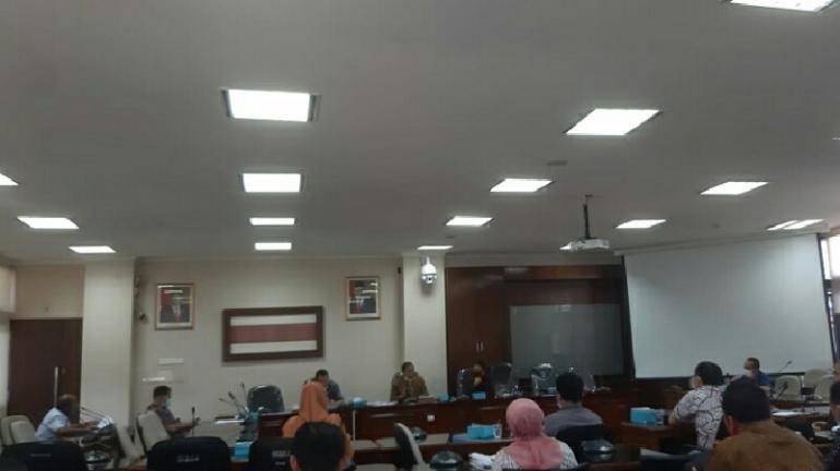 Anggota Komisi III DPRD Sumbar gelar rapat bersama stakeholder terkait yang membahas tudingan Sumbar menerima 'uang senang' dari PLTA Koto Padang, di Gedung DPRD Sumbar, Kamis siang (30/7). (Dok : Istimewa)
