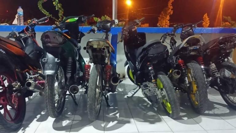 Deretan motor yang ditahan Satlantas Polres Pariaman yang diduga akan lakukan aksi balap liar, Sabtu malam (17/4). (Dok : Istimewa)