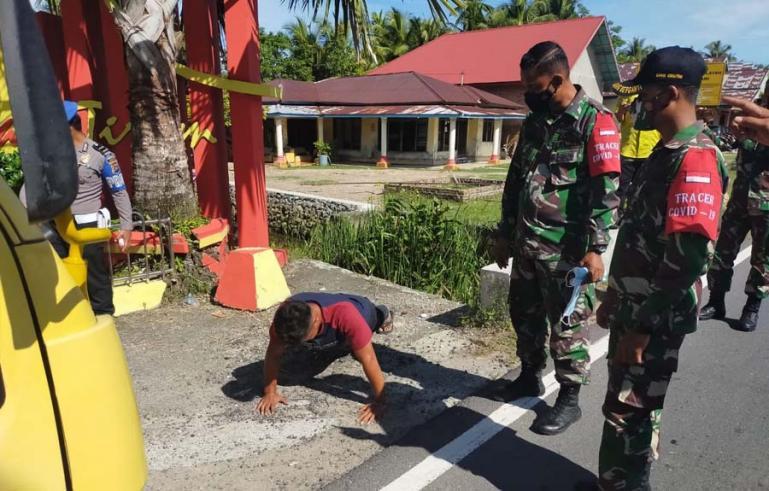 Masyarakat yang terjadi operasi Yustisi di Ulakan Tapakis disuruh push up tim Satgas Covid-16 kecamatan itu, Jumat (18/6). (Dok : Istimewa)