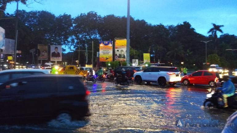 Suasana macet yang terjadi di Simpang Telkom Padang, karena ruas jalan di genangi air pascahujan lebat mengguyur Kota Padang, Rabu sore(8/7). (Foto : M. Putra)