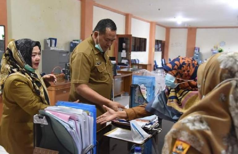 Sekko Pariaman, Yota Balad saat lakukan Sidak di sejumlah OPD di Pemko Pariaman pada hari pertama kerja pascalebaran, Senin (17/5). (Dok : Istimewa)