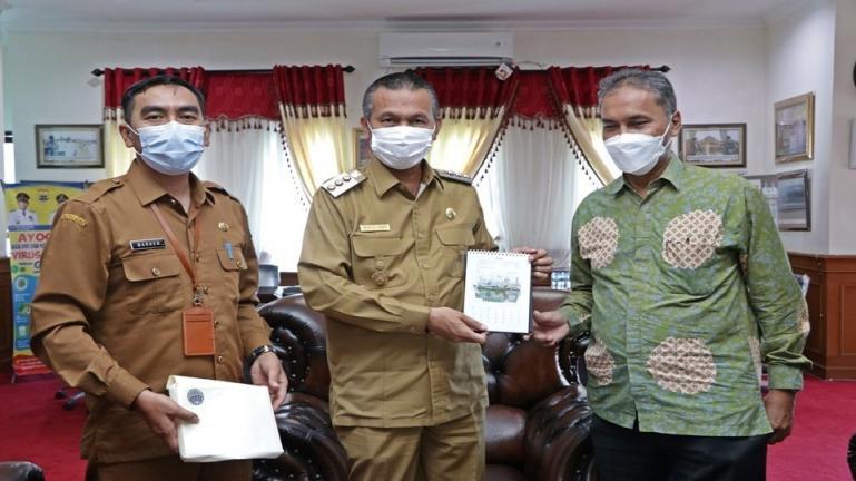 Diar Nurbintoro saat diterima Wali Kota Genius Umar di ruang kerjanya, Senin (8/3). (Dok : Istimewa)