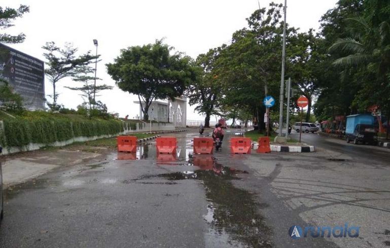 Jalan menuju kawasan wisata Pantai Padang di perempatan Puja Sera Padang, ditutup karena penerapan PPKM Darurat, Selasa (13/7). (Foto : Derizon).