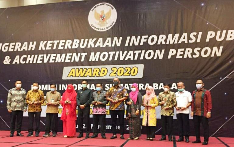 Para tokoh Keterbukaan Informasi saat menerima penghargaan dari KI Sumbar, Rabu (25/11). (Dok : Istimewa)