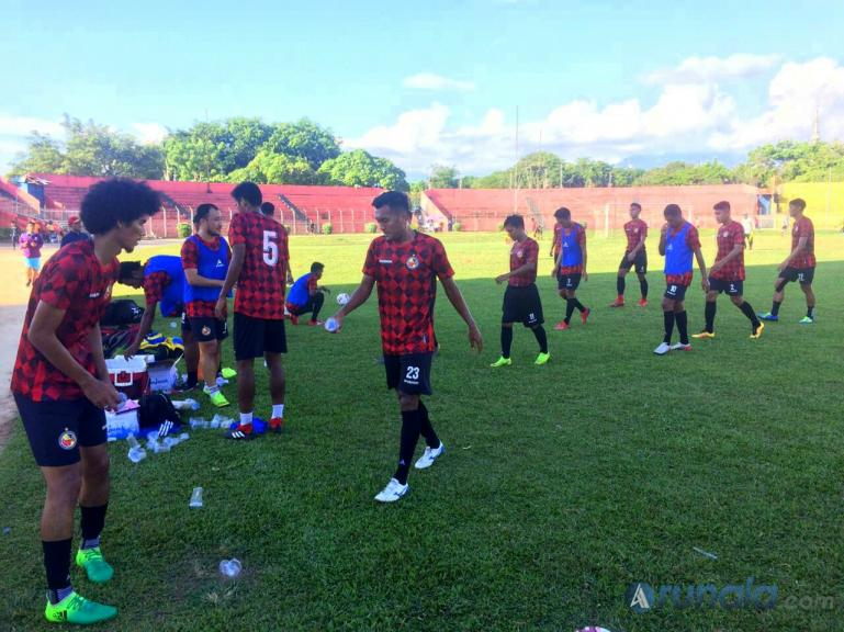 Tim Semen Padang FC saat jalani latihan di Stadion GOR Agus Salim Minggu (15/3) kemarin. (Foto : Can)