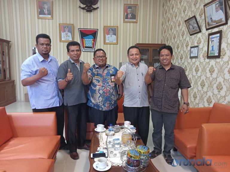 Ketua PSTI Kota Padang M Fikar Datuak Rajo Magek dan pengurusnya saat silaturahmi dengan Kabag Protokoler dan Komunikasi Pimpinan Pemko Padang, Amrizal Rengganis, Kamis (18/2). (Foto : Arzil)