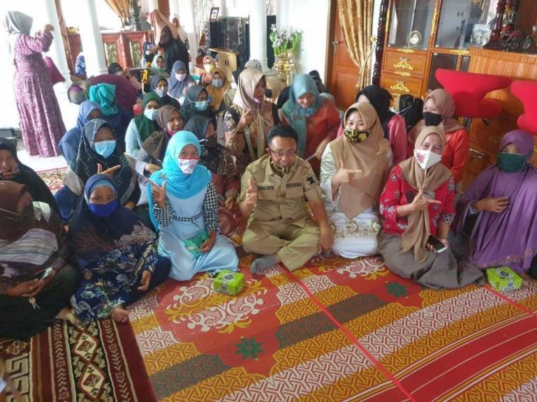 Indra Catri saat tatap muka dengan kaum ibu-ibu saat kunjungan ke Solsel, Selasa (3/11).