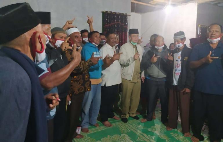 Calon Gubernur Sumbar Nasrul Abit bersama masyarakat Jorong Pemukiman Baru 1, Nagari Parik, Kecamatan Koto Balingka, Pasaman Barat, Rabu (24/11). (Dok : Istimewa)