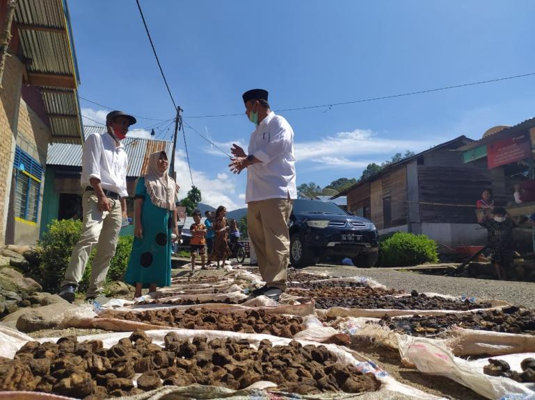 Calon Gubernur Sumbar Nasrul Abit berdialog dengan warga Siguntur seputar masalah harga Gambir yang merupakan produk ekspor Sumbar, Rabu (28/10). (Dok : Istimewa)