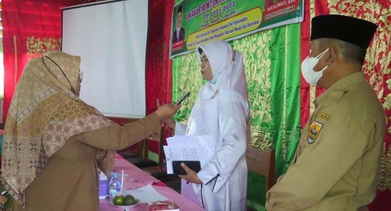 Kepala MTsN 1 Kota Pariaman, Nur Eliwati sedang di wawancarai terkait kegiatan Lokakarya yang dilaksanakannya, Senin (5/7). (Dok : Istimewa)