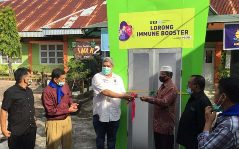 Ketua Harian Ikatan Alumni Smandoe Padang, Innsanul Kamil bersama kepala SMA 2 Padang Syamsul Bahri dari para alumni saat resmikan Lorong Nano Immune Booster di SMA itu, Jumat (12/6). (Dok : Istimewa)