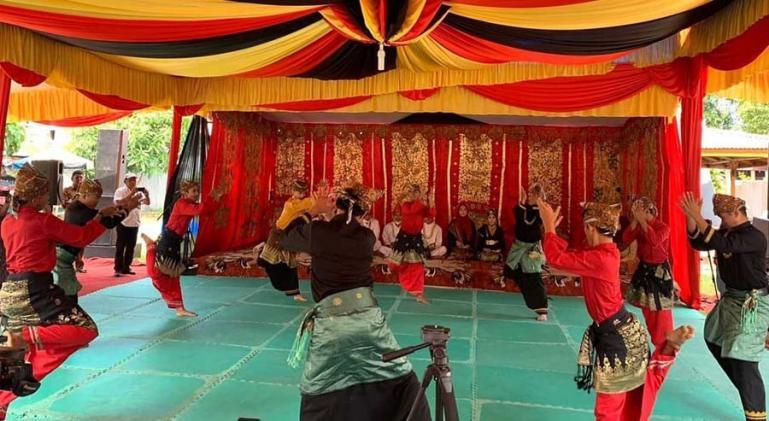 Penampilan anggota Sanggar Mustika Minang Duo dalam ajang festival Randai se Sumbar 2021, di pentas Taman Budaya Padang, Selasa (7/9). (Dok : Istimewa)