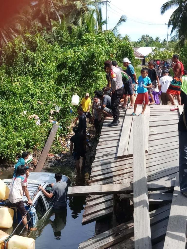 Proses evakuasi mobil pikup yang masuk sungai sedang dievakuasi anggota Polsek Sipora dan masyarakat setempat, Selasa (5/1). (Dok : Istimewa)