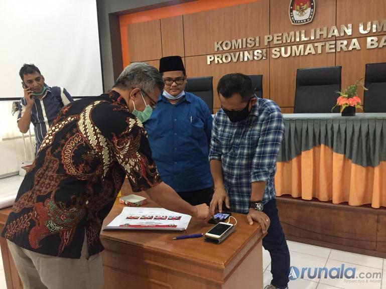 Anggota KPU Sumbar Izwaryani saat mencek specimen surat suara paslon gubernur dan wakil gubernur di kantor KPU Sumbar, Jumat (16/10). ( Foto : Arzil)