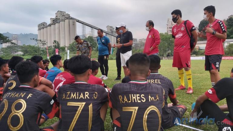 Pelatih Semen Padang FC lakukan seleksi kepada sejumlah calon yang akan dijadikan Tim Academy SPFC, di lapangan sepakbola Indarung, Minggu (14/2). (Foto : Can)