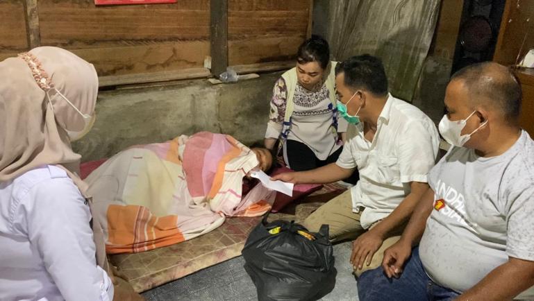 Pengurus Partai Gerindra Sumbar menyerahkan bantuan sembako dan uang tunai dari Anggota DPR RI Andre Rosiade kepada keluarga Nuraini di Kurao, Nanggalo, Padang. (Dok : Istimewa)