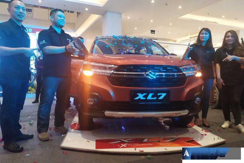 Direktur EPM Albert Gani bersama GM EPM Ivan Riki Saeful dan pihak PT SIS meluncurkan Suzuki XL7 di Transmart Padang, Sabtu siang (29/2). (Foto : dyz)