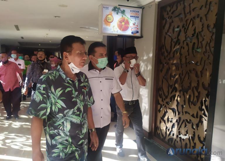 Irjen Pol Fakhrizal disambut tim Koalisi Poros Baru, Musmaizer saat akan mendaftar, Sabtu (8/8). (Foto : Amz)