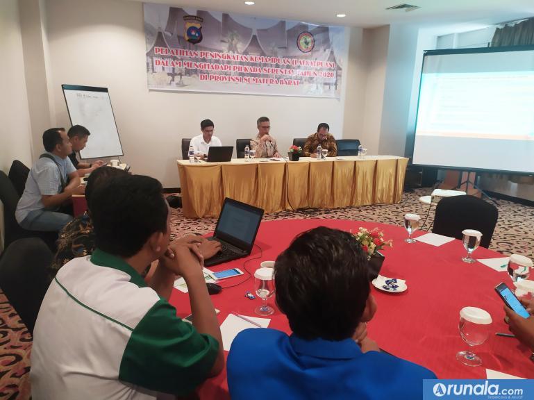 Anggota KPU Sumbar Izwaryani saat jadi nara sumber dalam pelatihan yang diadakan Dit Intelkam Polda Sumbar, Rabu (5/2). (amz)