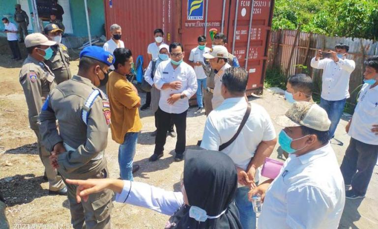 Tim terpadu saat berikan teguran pada salah seorang pengawas tambak udang Korong Tiram Nagari Tapakih, Rabu (7/7). (Dok : Istimewa)