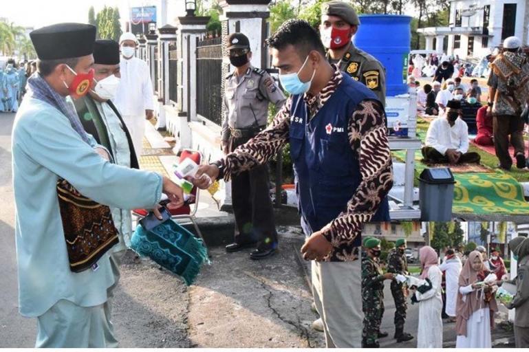 Wali Kota Pariaman, Genius Umar diperiksa suhu tubuhnya oleh petugas sebelum memasuki halaman Balaikota untuk melaksanakan salat Idul Fitri 1442 Hijriah di kota itu, Kamis pagi (13/5). (Dok : Istimewa)