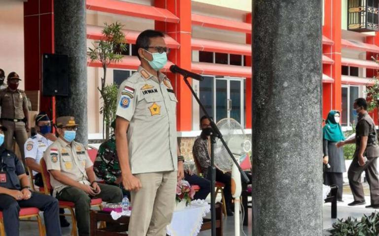 Gubernur Irwan Prayitno saat membuka apel gelar pasukan gabungan penegakan hukum Perda AKB, di Padang, Sabtu (10/10). (Dok : Istimewa)