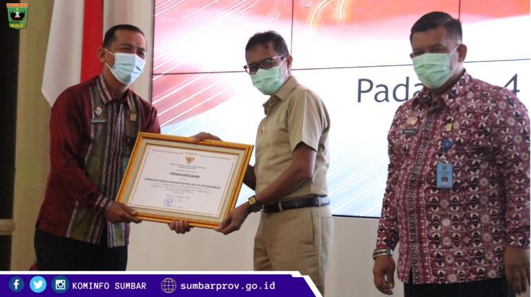 Gubernur Irwan Prayitno saat menerima Penghargaan dari Kemenkumham, Senin (4/1). (Dok : Istimewa)