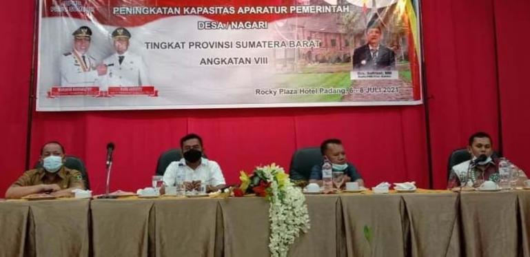 Ketua Komisi 1 DPRD Sumbar, Syamsul Bahri bersama Kadis PMD Sumbar, Syafrizal saat berikan bimtek kepada perangkat nagari di Padang, Selasa malam (6/7) lalu. (Dok : Istimewa)